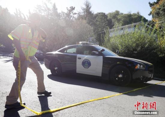 一輛警車經過案發地附近的警戒線。中新社記者 劉關關 攝