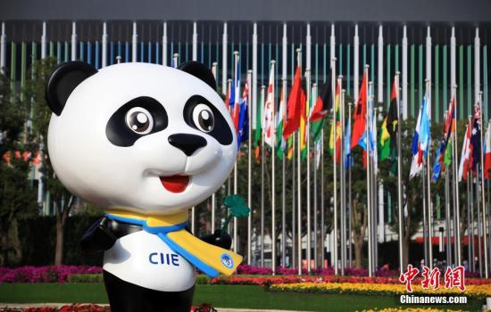 11月2日,第二届中国国际进口博览会场馆布展工作基本就绪。本届进博会吸引了来自150多个国家和地区的3000多家企业签约参展,将于11月5日至10日在国家会展中心(上海)举行。图为进博会吉祥物进宝笑迎四方客。汤彦俊 摄