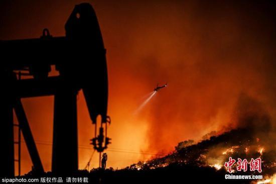 11月2日消息,美国加州Somis地区发生山火,城市上空浓烟滚滚。图片来源:Sipaphoto 版权作品 禁止转载