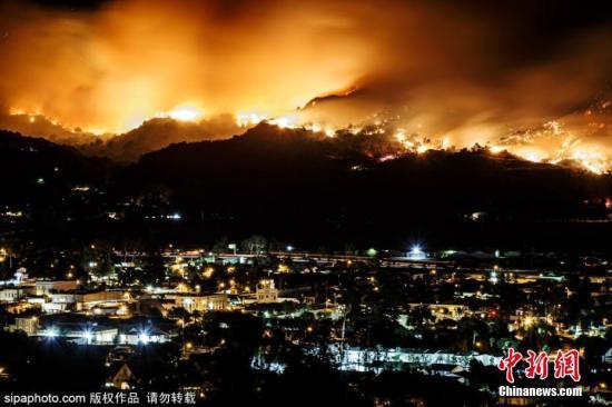 资料图:11月初,美国加州Somis地区发生山火,城市上空浓烟滚滚。图片来源:Sipaphoto 版权作品 禁止转载