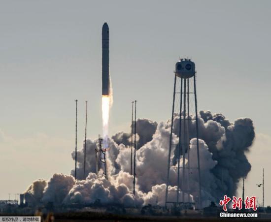 """美国东部时间2日上午约10时,""""安塔瑞斯""""号火箭携带""""天鹅座""""货运飞船发射升空。"""