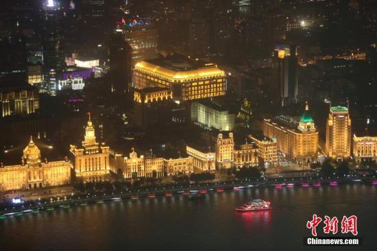 资料图:上海流光溢彩迎接第二届进博会。中新社记者 张亨伟 摄