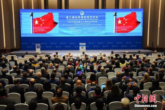 """11月5日,第二届虹桥国际经济论坛""""70年中国发展与人类命运共同体""""分论坛在上海举行。图为与会嘉宾观看主题短片。<a target='_blank' href='http://www.chinanews.com/'>中新社</a>记者 崔楠 摄"""