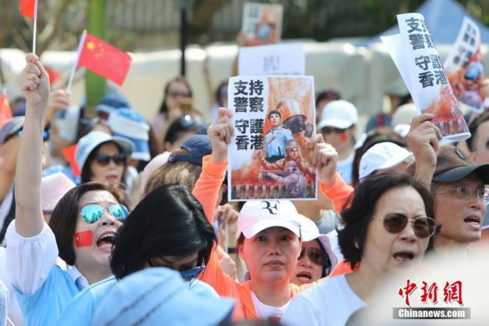 """资料图:香港民间团体""""保卫香港运动""""在香港警察总部举行游行集会,支持香港警察严正执法。<a target='_blank' href='http://vvsgic.com/'>中新社</a>记者 谢光磊 摄"""