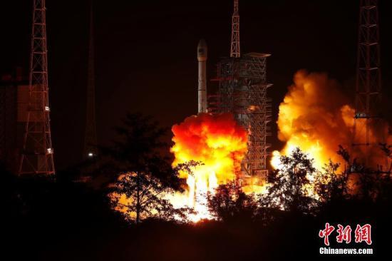 资料图:长征三号乙运载火箭托举第49颗北斗导航卫星发射升空。/p中新社发 刘旭 摄