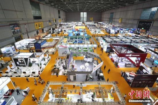 資料圖:第二屆中國國際進口博覽會在上海國家會展中心開幕,各展館迎來八方賓客。<a target='_blank' href='http://www.jylmpo.tw/'>中新社</a>記者 張亨偉 攝