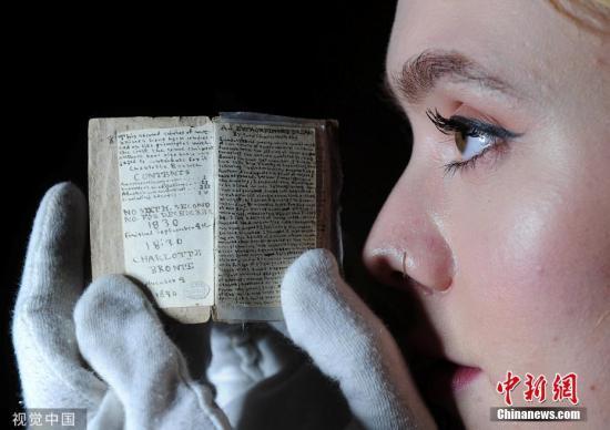 11月6日消息,一份极具收藏价值的《简·爱》作者夏洛特·勃朗特迷你版手稿将于11月在英国拍卖。图片来源:视觉中国