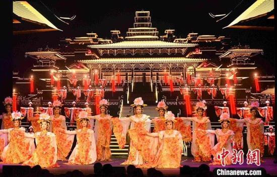 """当地时间11月5日晚,由中国国务院新闻办公室和中国驻希腊大使馆共同主办的""""相约千年·魅力丝路文化行""""活动在希腊首都雅典隆重举行。该活动旨在通过多种文化形式展现中国优秀传统文化,传播丝路精神和人类命运共同体理念。<a target='_blank' href='http://www.chinanews.com/'>中新社</a>记者 李洋 摄"""