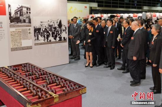 """11月7日,""""新中国经济建设开创者奠基人——开国元勋陈云生平展""""在香港会展中心开幕。展览面积超过2000平方米,有500多张珍贵历史照片和100多件相关实物组成,真实展现了陈云在长达70年的革命生涯中所做出的的杰出贡献和卓越功勋。图为第十二届全国政协副主席、陈云长子陈元等嘉宾共同观看展览。/p中新社记者 张炜 摄"""