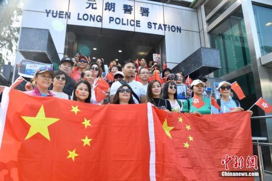 """香港市民发起""""暖港行动"""":支持警察 严正执法"""