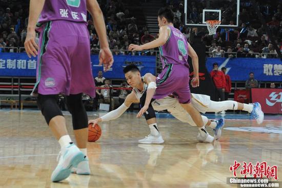 资料图:图为林书豪倒地救球。<a target='_blank' href='http://www.chinanews.com/' >中新网</a>记者 李骏 摄