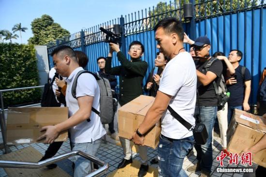 据悉,此次活动由热心网友、爱港团体、被打砸店铺及香港市民共同参与,市民将一箱箱购买的礼品送入警署,并向警员致以慰问和感谢。中新社</a>记者 李志华 摄