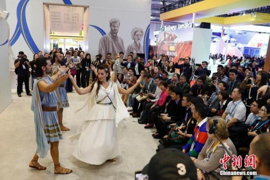 11月7日,在上海举行的第二届中国国际进口博览会上,观众欣赏希腊馆的表演。中新社记者 韩海丹 摄