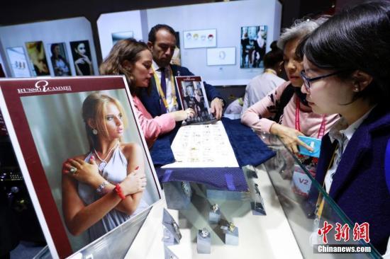 资料图:进博会上,意大利贝雕商品吸引参观者。汤彦俊 摄