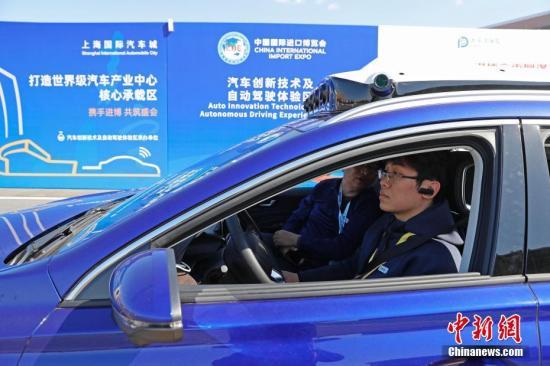 工作人员正在陪同参观者体验5G远程驾驶。殷立勤 摄