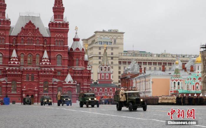 當地時間11月7日,莫斯科紅場舉行閱兵式,紀念1941年紅場閱兵式。1941年,德軍兵臨莫斯科城下。為了鼓舞蘇聯官兵士氣,蘇聯高層決定于當年11月7日在紅場舉行閱兵式。部隊接受檢閱完后直接開赴戰場。1941年閱兵式被稱為戰爭史上的奇跡,極大鼓舞了蘇聯軍民抗擊法西斯的士氣。<a target='_blank' href='http://www.993713.live/'>中新社</a>記者 王修君 攝