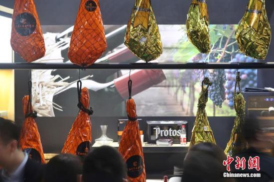 资料图:第二届进博会食品展区,由米其林厨师推荐的西班牙火腿受到食客追捧。中新社记者 张亨伟 摄