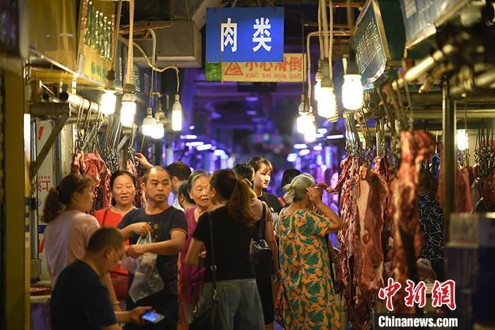 资料图:民众在农贸市场内购买肉类食品。<a target='_blank' href='http://www.chinanews.com/'>中新社</a>记者 陈超 摄