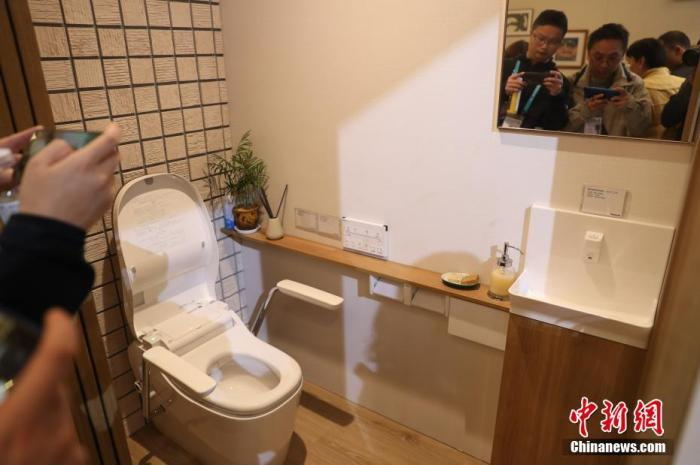 资料图:2019年11月9日,第二届中国国际进口博览会上展示的一款老年人居家养老产品。<a target='_blank' href='http://www.chinanews.com/'>中新社</a>记者 张亨伟 摄