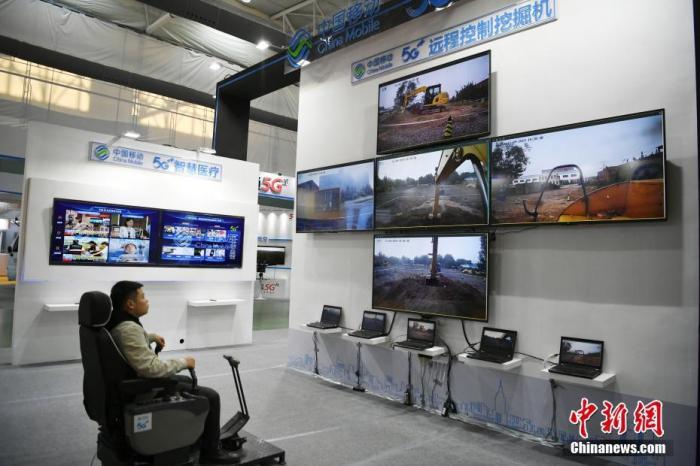 """11月9日,2019""""一带一路""""中国(吉林)安全与应急产业博览会在长春市举行,5G远程控制挖掘机、可载人的医疗无人机等中国应急产业领域的前沿科技纷纷亮相。图为5G远程控制挖掘机演示。<a target='_blank' rel="""