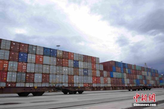 图为比港的铁路货场。中欧陆海快线就是以比港为枢纽,通过铁路向欧洲内陆运送货物。中新社记者 李洋 摄