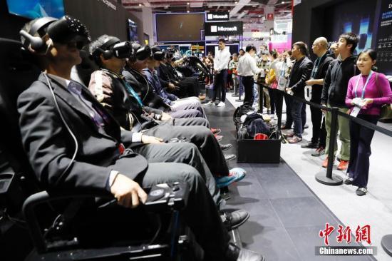 资料图:第二届进博会上,参观者排队等待体验AR带来的虚拟世界。殷立勤 摄