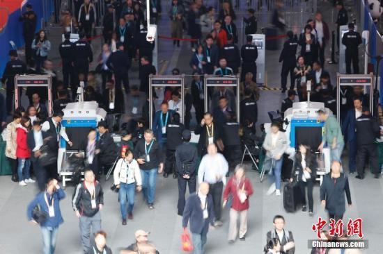 11月10日,第二届中国澳门赌场玩法进口博览会进入最后一天,在上海国家会展中心内,大批参观者和参展商热情高涨,各个场馆依旧人头攒动。殷立勤 摄