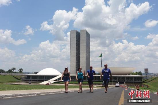 当地时间11月10日,游客在巴西利亚国会大厦参观。国会大厦位于巴西利亚市中心的三权广场,是巴西的立法机关。中新社记者 杜洋 摄