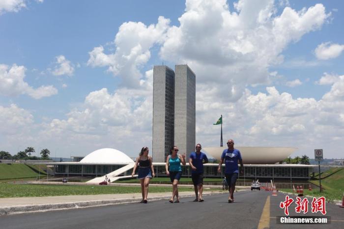 当地时间11月10日,游客在巴西利亚国会大厦参观。国会大厦位于巴西利亚市中心的三权广场,是巴西的立法机关。<a target='_blank' href='http://www.chinanews.com/'>中新社</a>记者 杜洋 摄