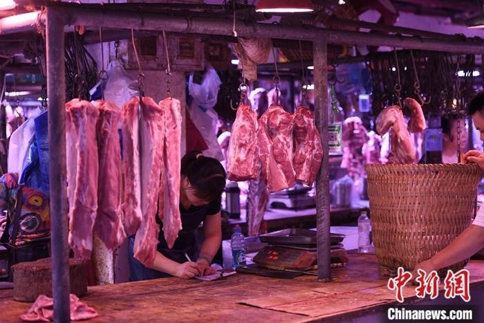 资料图为重庆一农贸市场内的商家挂满充足的猪肉。<a target='_blank' href='http://faof.cn/'>中新社</a>记者 陈超 摄