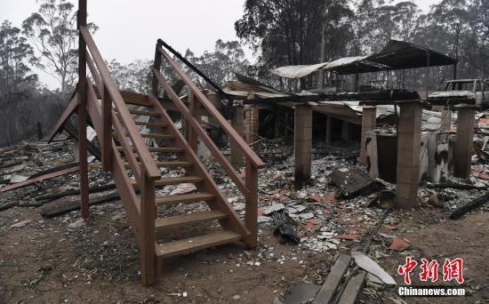 当地时间2019年11月13日,澳大利亚新南威尔士Glenreagh,林火持续肆虐,当地的房屋和车辆遭烧毁。
