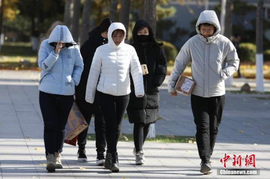 资料图:市民在寒风中出行。中新社记者 蒋启明 摄