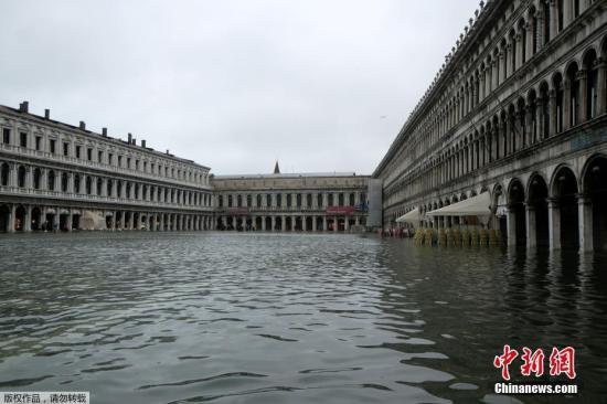 當地時間2019年11月12日,意大利威尼斯,威尼斯運河水位上升,洪水淹沒圣馬可廣場。據美聯社報道,當地時間12日上午,水位峰值達到127厘米。