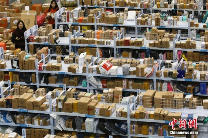 """资料图:双十一后迎来收货高峰,南京航空航天大学设立""""快递超市""""。中新社记者 泱波 摄"""