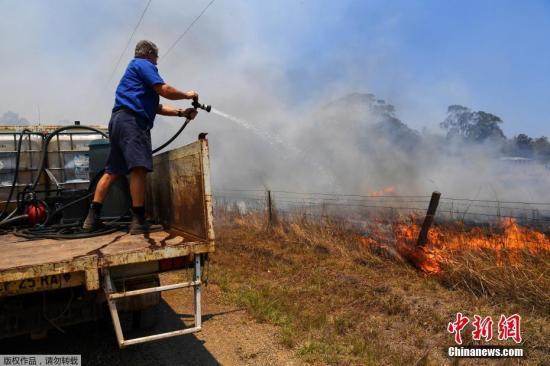 当地时间2019年11月13日,澳大利亚东部林火持续肆虐,新南威尔士州出现多个新火点,火势已扩散到悉尼北部郊区。其中一处火线距离市中心仅约20公里。