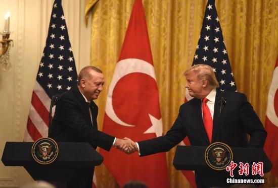 当地时间11月13日,美国总统特朗普与土耳其总统埃尔多安在白宫会晤。这是土耳其10月初对叙利亚北部展开军事行动后,两人首次会面。图为特朗普和埃尔多安在当天的联合记者会上握手。<a target='_blank' href='http://www.lgmmoi.tw/'>中新社</a>记者 陈孟统 摄