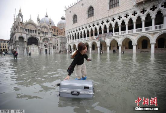 威尼斯主干道上,洪水像河流一样涌动漫过石头铺成的人行道。