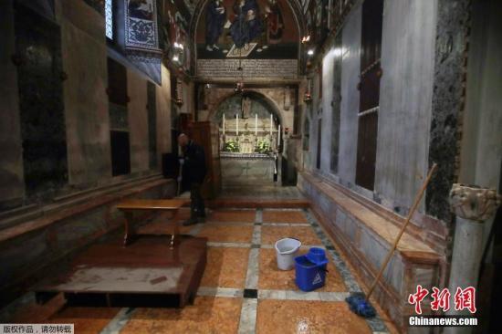 """当地时间11月13日,意大利""""水城""""威尼斯遭遇有记录以来严重程度排第二的水灾,市长路易吉·布鲁尼亚罗有意宣布紧急状态,说这场水灾恐致惨重损失。"""