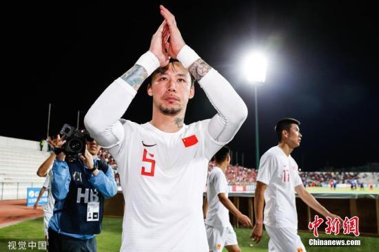 资料图:国足客场1:2不敌叙利亚,不慎打进乌龙球的张琳芃赛后谢场。图片来源:视觉中国