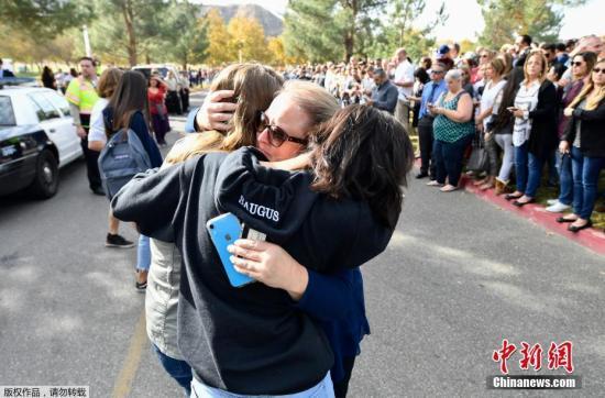 当地时间11月14日,美国加利福尼亚州洛杉矶县圣克拉丽塔市一所高中发生枪击案,根据最新消息,枪案造成的死亡学生人数已升至3人,另有2人受伤。枪击案嫌疑人是一名16岁男孩,是该校学生。