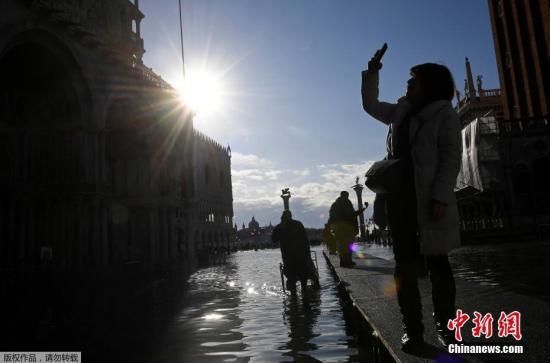 图为民众拍摄被淹没的圣马可广场。