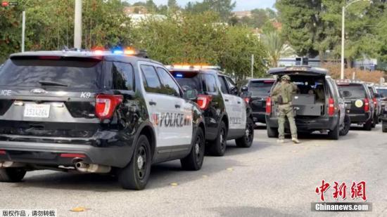 当地时间11月14日,美国加利福尼亚州洛杉矶县圣克拉丽塔市一所高中发生枪击案,根据最新消息,枪案造成的死亡学生人数已升至3人,另有2人受伤。此前据洛杉矶当地警方消息,枪击案嫌疑人是一名16岁男孩,是该校学生,目前在医院接受治疗,伤势严重。图为警方已将现场封锁。