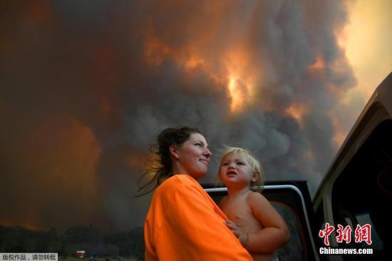 资料图:近日,在澳大利亚新南威尔士州和昆士兰州面临灾难性的火灾威胁之际,联邦防长雷诺兹正考虑动用强制军事命令,以帮助应对丛林火灾紧急情况。澳大利亚当局14日称,该国东部沿海地区一个星期来发生的大规模森林大火,已经造成第4人死亡。