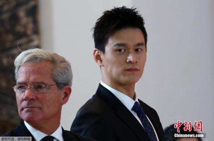 资料图:北京时间11月15日16:05,备受世界体坛关注的孙杨听证会在瑞士蒙特勒宫酒店会议中心举行。作为整场风波的主角,中国游泳运动员孙杨以及他的团队已经进入庭审现场。从神情来看,孙杨面带微笑,状态颇为放松。