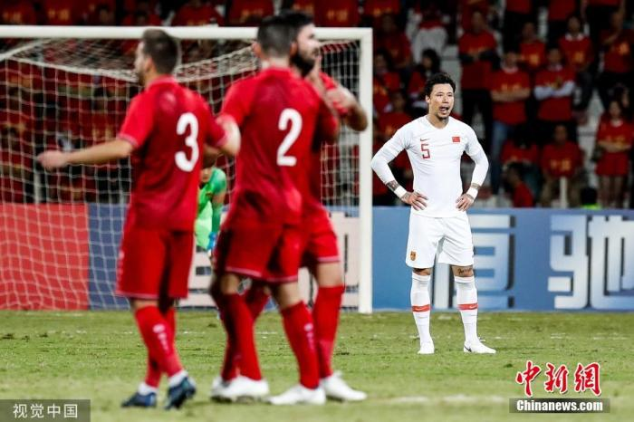 2019年11月14日,世预赛亚洲区40强赛中,国足客场1:2不敌叙利亚,比赛中对手先入一球,此后武磊凌空推射扳平比分,张琳芃不慎乌龙导致国足再度落后。图为张琳芃在比赛中。图片来源:视觉中国