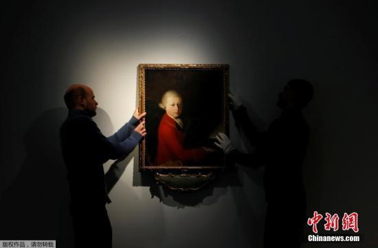 近日,莫扎特13岁时的肖像画在巴黎展出。据报道,这幅肖像画将于11月27日,在佳士得拍卖行公开拍卖。据悉,这幅画创作于1770年1月,当时年轻的莫扎特正在意大利巡回演出,是莫扎特一生中仅有的几幅肖像画之一