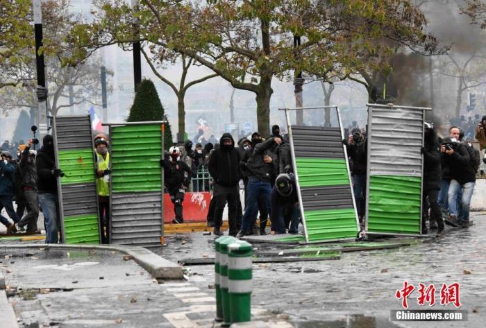 """法国""""黄马甲""""示威游行在疫情中卷土重来 警方逮捕约300人图片"""
