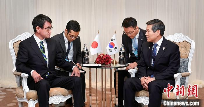 """""""11月17日,韩国国防部长官郑景斗(右一)和日本防卫大臣河野太郎(左一)在泰国举行会谈。"""