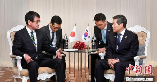 11月17日,韓國國防部長官鄭景鬥(右一)和日本防衛大臣河野太郎(左一)在泰國舉行會談。 韓國國防部介紹,韓方重申,基於目前安全形勢考慮,不再續簽《韓日軍事情報保護協定》是必然選擇。 圖為會談現場。中新社發 韓國國防部供圖