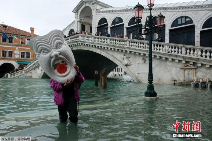 意大利中央政府日前宣布,初步拨款2000万欧元赈灾,有当地专家指,单是清理和修复数十座受灾教堂,预计耗资就达360万欧元。